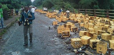 Des Camerounais se réjouissant d'un accident de camion brassicole