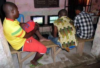 des jeunes sans emplois qui s'adonnent aux jeux-vidéos