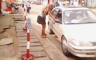 avec une voiture, c'est plus facile de séduire les Camerounaises