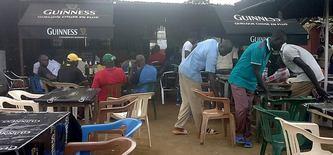 distraction préférée des Camerounais, le bar. Crédit: Ecclésiaste DEUDJUI