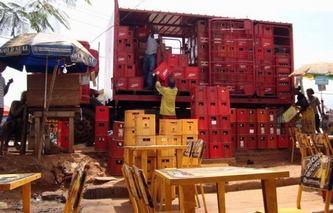 Tous les jours les brasseries du pays ravitaillent les bars camerounais