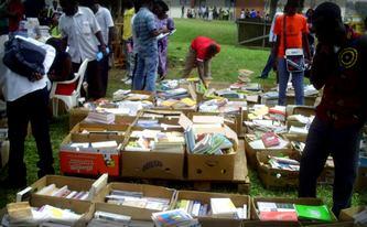 nos étudiants attendent les déstockages pour pouvoir se procurer des livres