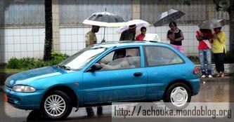 En saison pluvieuse, les hommes en voiture sont des très convoités