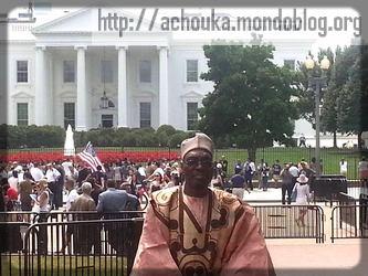 Issa Tchiroma, le ministre de la communication, devant la Maison Blanche (est-ce qu'on lui a barré la route ?)
