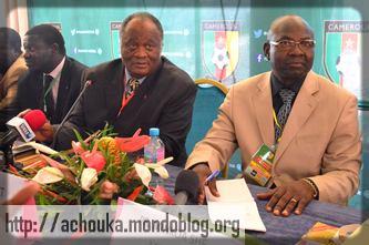 à droite, Tombi A Roko le président contesté de la Fecafoot
