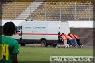 Une ambulance qui tombe en panne pendant un match des Lionnes Indomptables