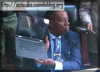 Le ministre Jacques Fame Ndongo présente l'ordinateur qui sera remis aux étudiants