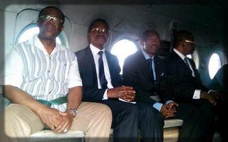 les ministres camerounais dans un hélicoptère