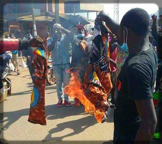 des jeunes de Bamenda qui brûlent les symboles du RDPC