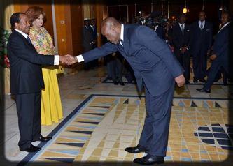 Bidoung Kpwatt qui salue Paul Biya