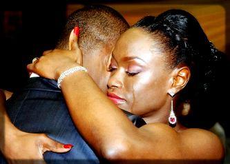une femme qui embrasse un homme