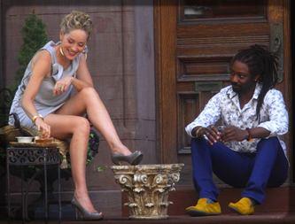un Noir qui discute avec une Blanche