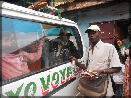 un vendeur devant un car