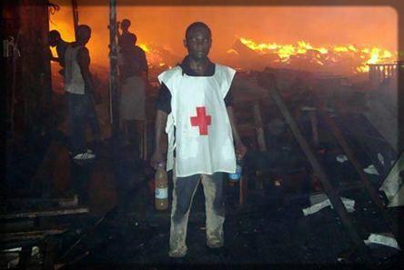 un jeune de la Croix-Rouge