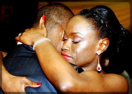 une femme qui embrasse son mari