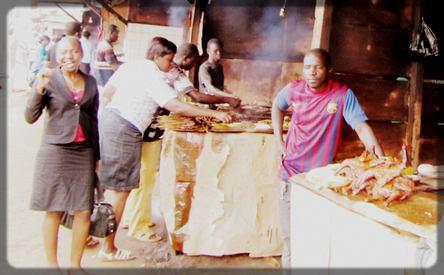 une femme qui mange le soya
