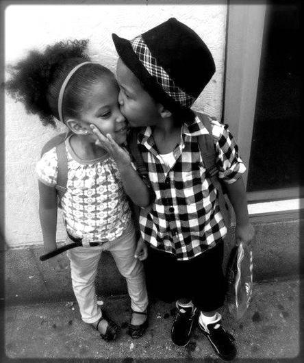 un petit garçon qui embrasse une petite fille