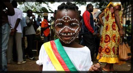une petite fille avec les effigies du Cameroun