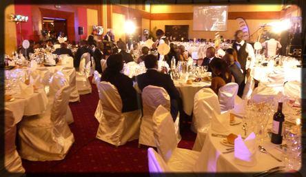 salle de banquets avec des invités