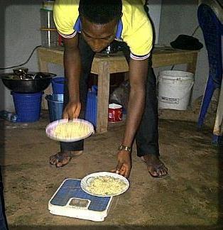 un jeune homme qui pèse la nourriture
