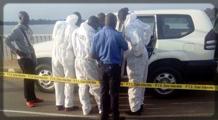 enquêteurs autour d'une voiture