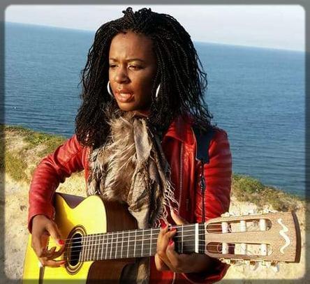 Charlotte Dipanda avec une guitare