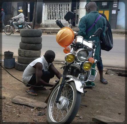 un colleur de roues à Douala