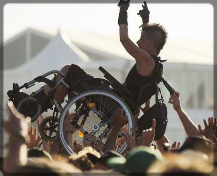 un rockeur sur fauteuil roulant
