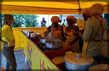 Didier Ndengue et son équipe font la cuisine avec Maggi cube