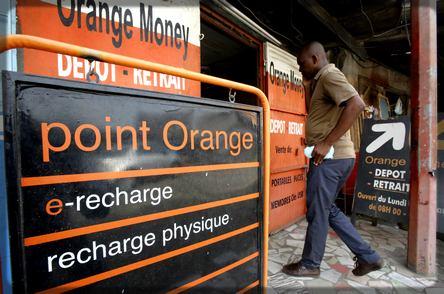 Un client qui se rend dans un point de vente Orange