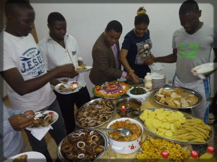 les blogueurs camerounais autour du buffet