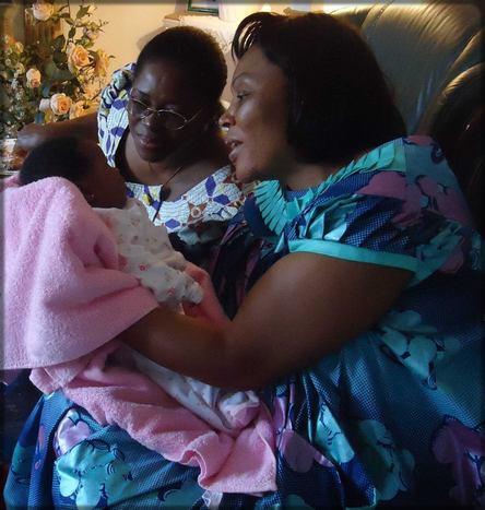 une femme qui présente son bébé à une autre femme
