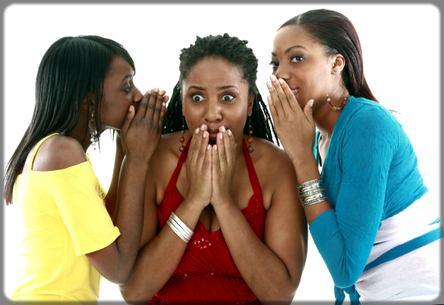 trois femmes qui font le commérage