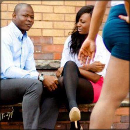 homme en couple qui mate une femme dans la rue