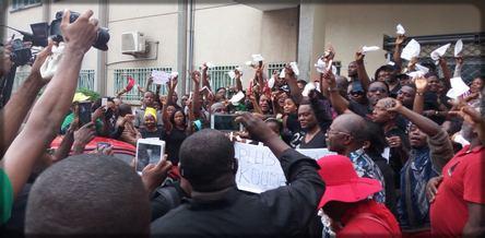manifestation devant l'hôpital Laquintinie de Douala