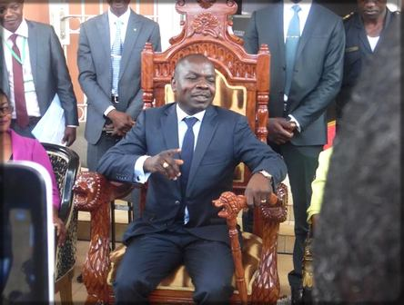 Jea-Pierre Amougou Belinga sur un trône