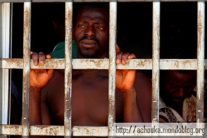 un homme Noir en cage