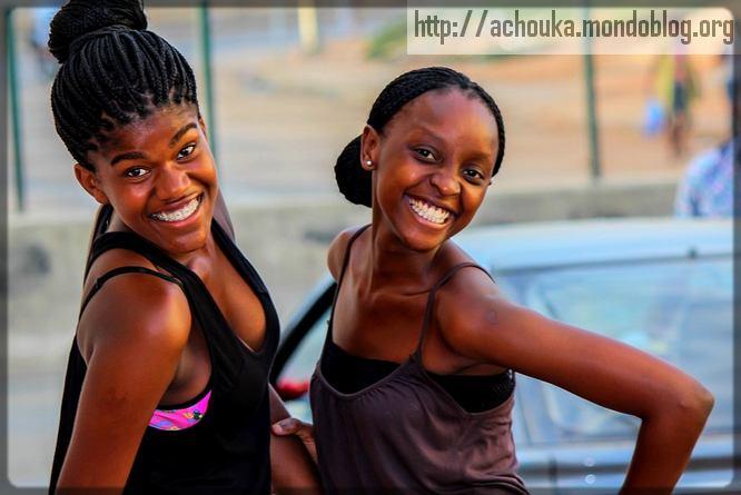 deux jeunes filles Noires qui sourient