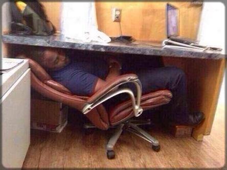 homme Noir couché en bas du bureau