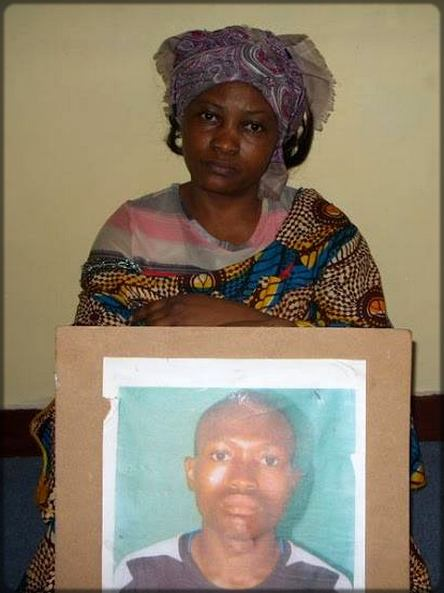la mère du jeune Junior Mbeng qui pleure son fils disparu pendant les émeutes de février 2008