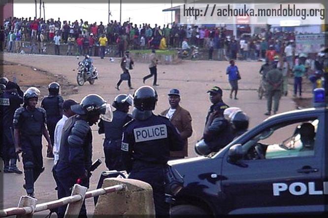 police camerounaise contre manifestants en février 2008