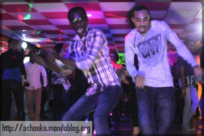 deux hommes qui dansent