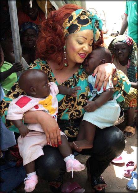 Chantal Biya avec des enfants