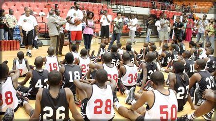 Luc Mbah A Mouteh dans son camp de basket avec les jeunes