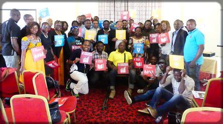 Les blogueurs camerounais avec les pancartes des ODD de l'ONU