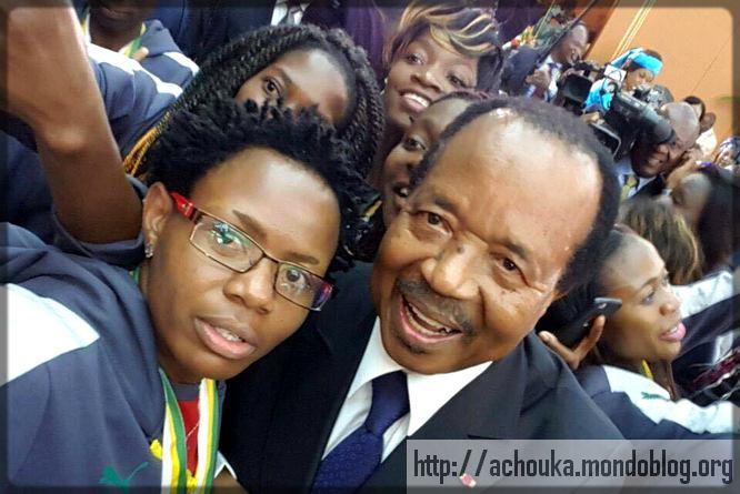 Paul Biya avec une Lionne indomptable en selfie