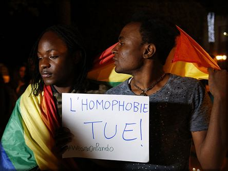 deux gays sous la bannière homosexuelle