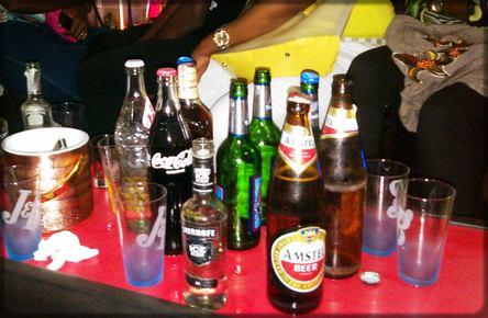 bouteilles de bière sur la table