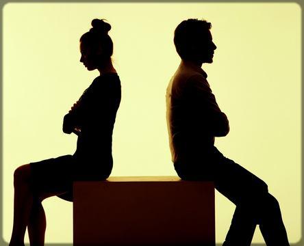 un homme et une femme se tournent le dos