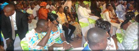 couples de mariés pendant un mariage collectif